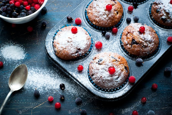 Muffins with red and black currant