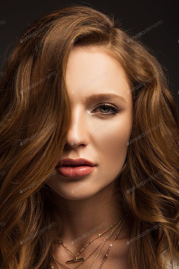 retrato de hermosa chica de pelo castaño mirando a la cámara