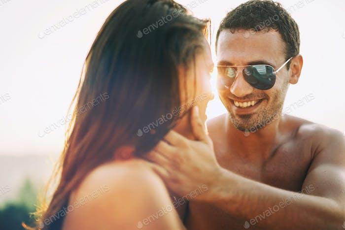Schöner Mann in Sonnenbrillen Dating