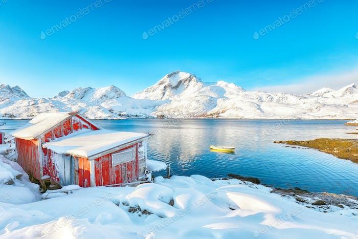 Faszinierende Winteransicht des Fischerdorfes an der Straße von Sundstraumen