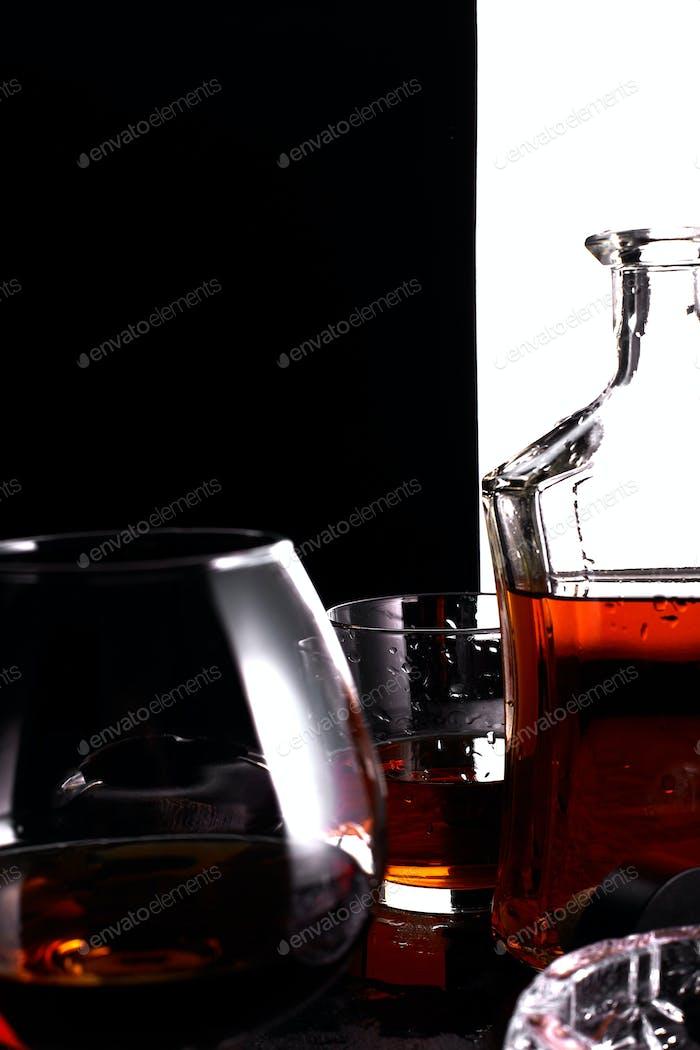Glas Whisky mit rauchenden Zigarre.