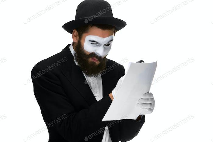 Mann mit einem Gesicht Pantomime Lesen durch Lupe