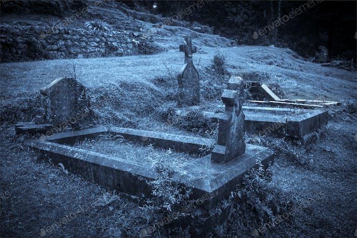 Gruseliger Halloween-Friedhof im Nebel