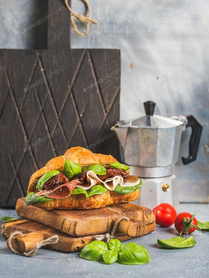 Croissant Sandwich mit geräuchertem Fleisch Prosciutto di Parma