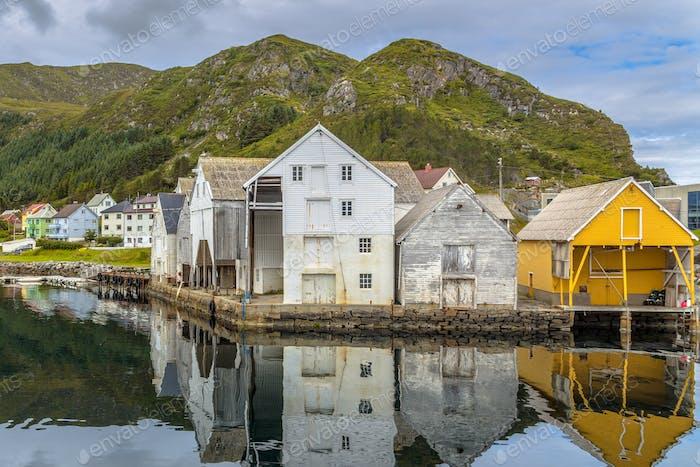 Blick auf alte hölzerne Lagerhäuser im Hafen von Runde