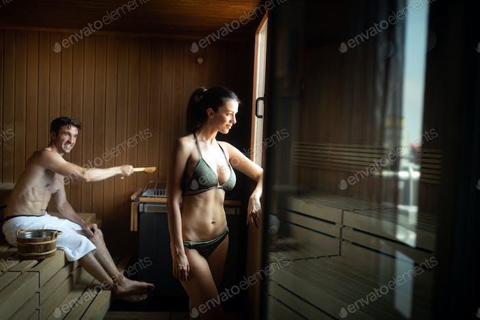 Paar genießen finnische Sauna während ihres Spa-Wochenendes