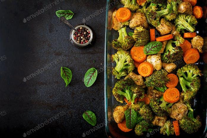 Eintopf aus gebackenem Gemüse und Hähnchenfilet. Gesundes Essen. Richtige Ernährung. Flache Lag. Ansicht von oben