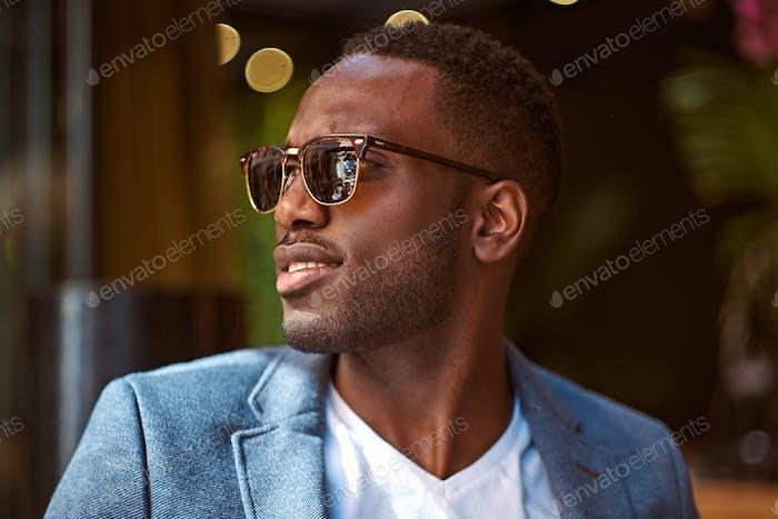 Портрет уверенного бизнесмена в солнцезащитных очках