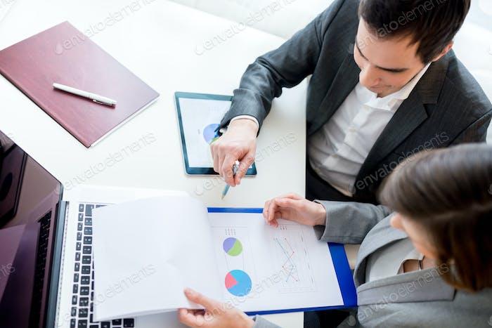 Geschäftsleute, die Geschäftsdokumente überprüfen