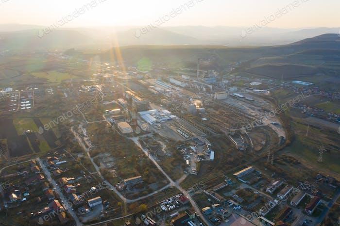 Luftaufnahme der Fabrik in den Sonnenuntergang.