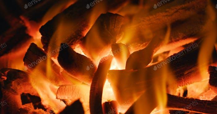 Carbón en llamas calientes.