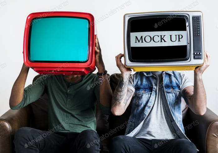 Menschen, die Retro-Fernseher nebeneinander halten