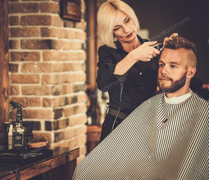 Клиент посетит парикмахера в парикмахерской