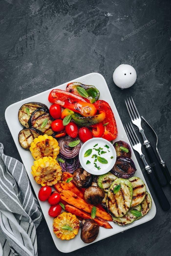 Gegrillte Gemüseplatte mit Zucchini, Pilzen, Auberginen, Karotten