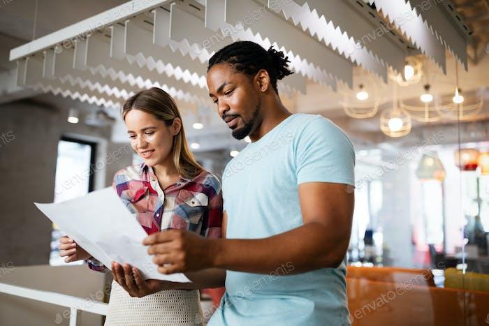 Erfolgreiche Gruppe von Designern, Geschäftsleute bei der Arbeit im Büro