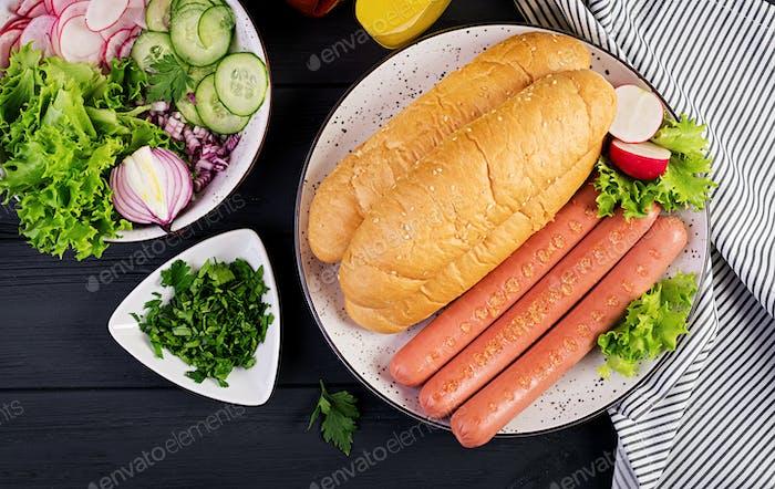 Zutaten für Hot Dog mit Wurst, Gurke, Rettich und Salat