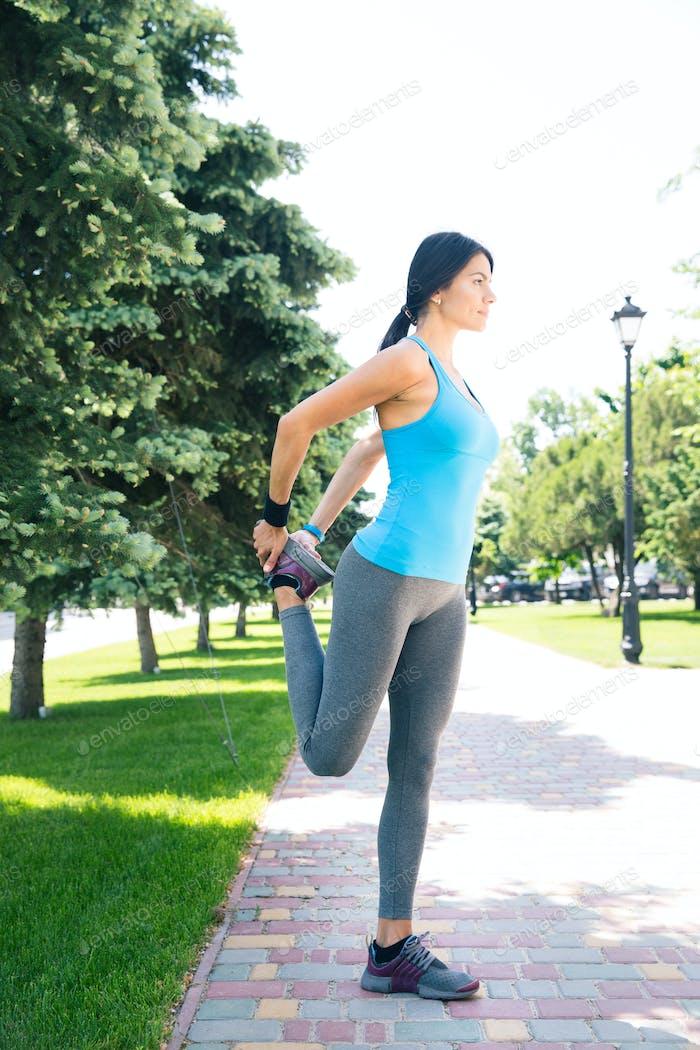 Sport Frau Stretching Beine im freien