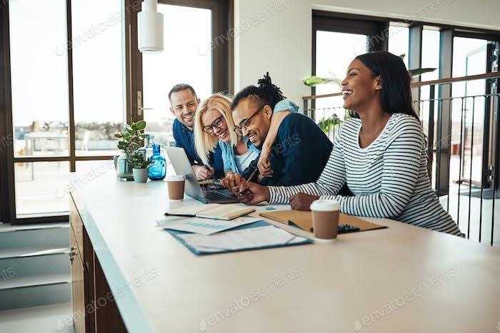 Смех группа из коллег имея офис встреча вместе