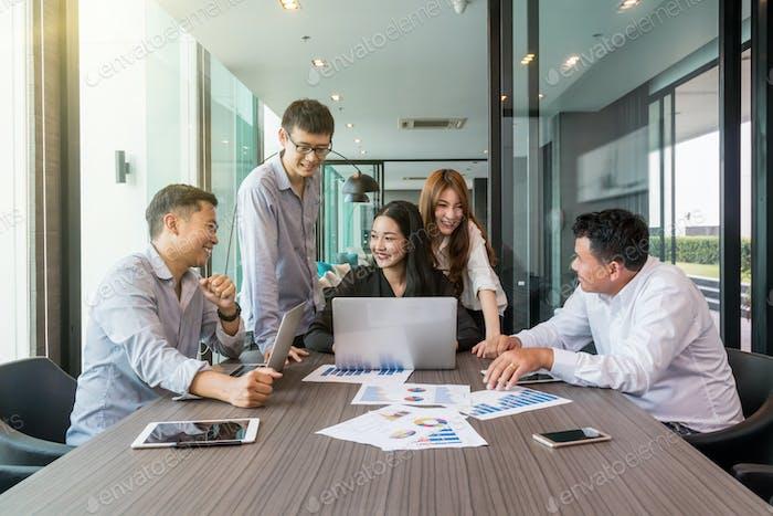Gruppe AsiatischGeschäftsleute mit Gelegenheitsanzug arbeiten und Brainstorming
