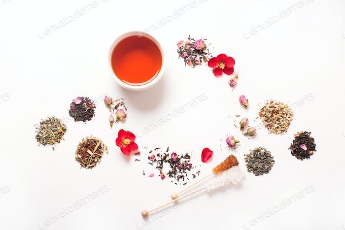 Tasse Tee auf weißem Hintergrund, verschiedene Arten von Tee