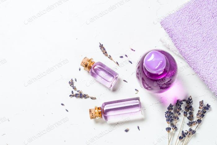 ätherisches Lavendelöl und Parfüm auf Weiß