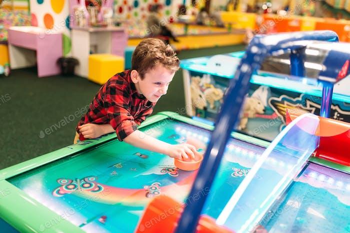 Aktive Junge spielt Airhockey, Entertainment-Center