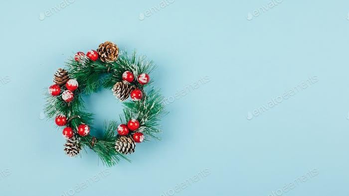 Weihnachtskranz. Traditionelle Feiertagsdekoration Winterferien, Konzept der Weihnachtsfeier
