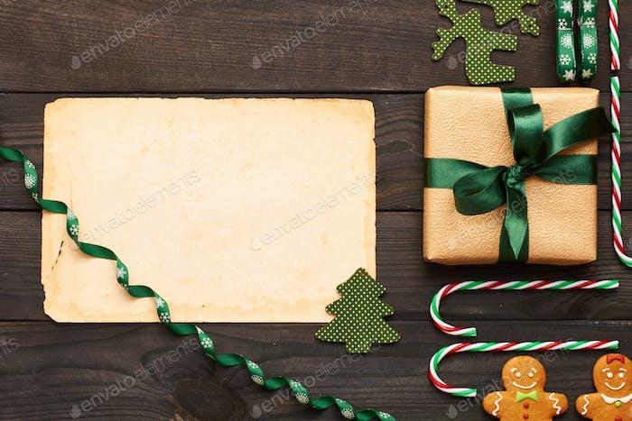 Regalo de Navidad y decoración sobre Fondo de De madera