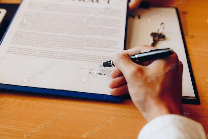 Händigen Sie Kunden, die Vertragspapier unterschreiben, einen Immobilien- oder Hypothekenvertrag.