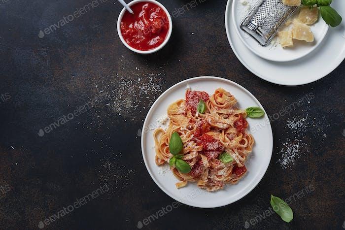 Traditionelle italienische Pasta mit Tomaten, Basilikum und Parmesan