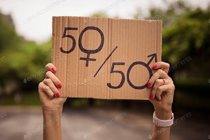 Frau hält Händchen Zeichen Gleichstellung