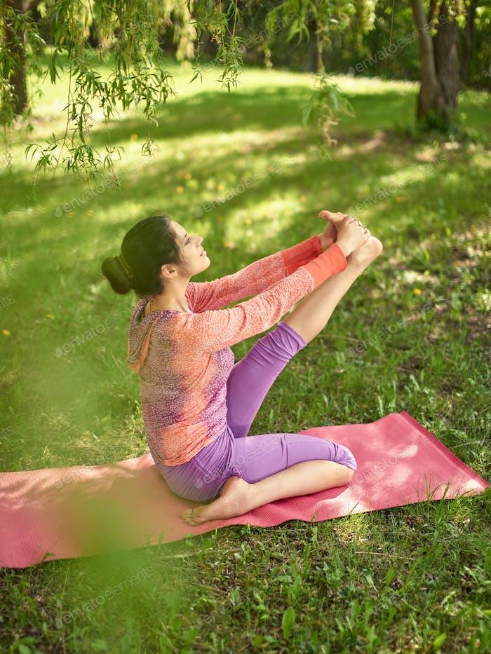 Ruhige und friedliche Frau üben achtsam Bewusstsein Achtsamkeit durch Meditation in der Natur bei Sonnenuntergang