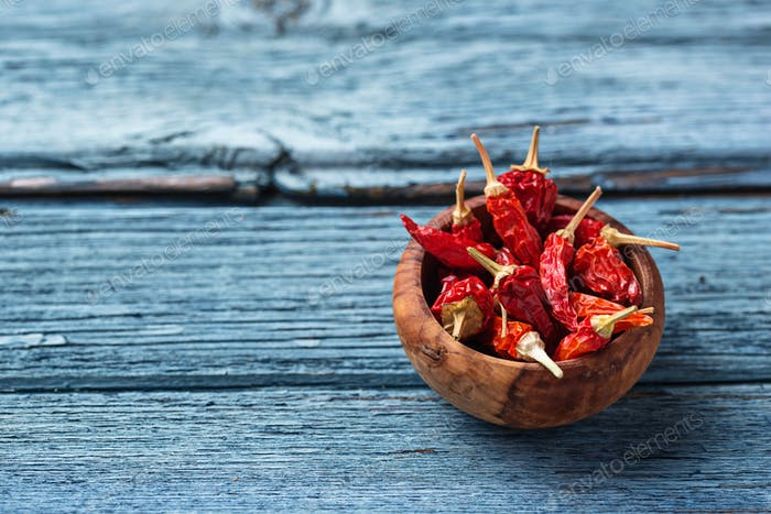 Rote Chilischote auf blauem Hintergrund