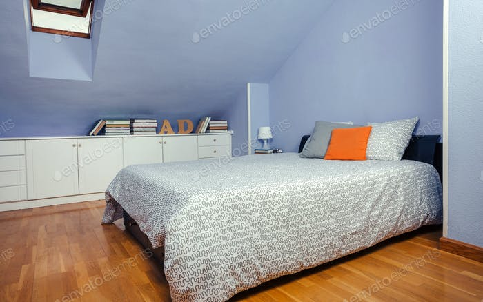 Спальня в мансарде с двуспальной кроватью