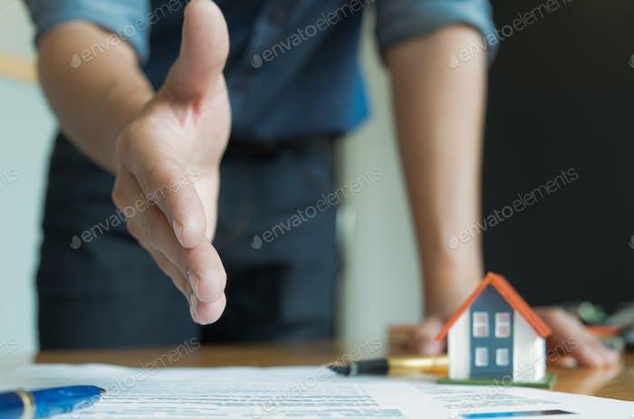 Hausverkaufspersonal erweiterte ihre Hände vor. Schließen Sie sich den Kunden an, um den Umsatz zu schließen.