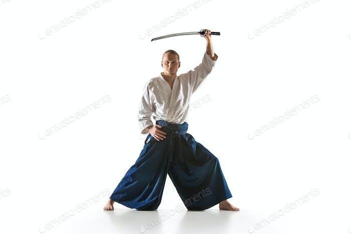 Der junge Mann trainiert Aikido im Studio
