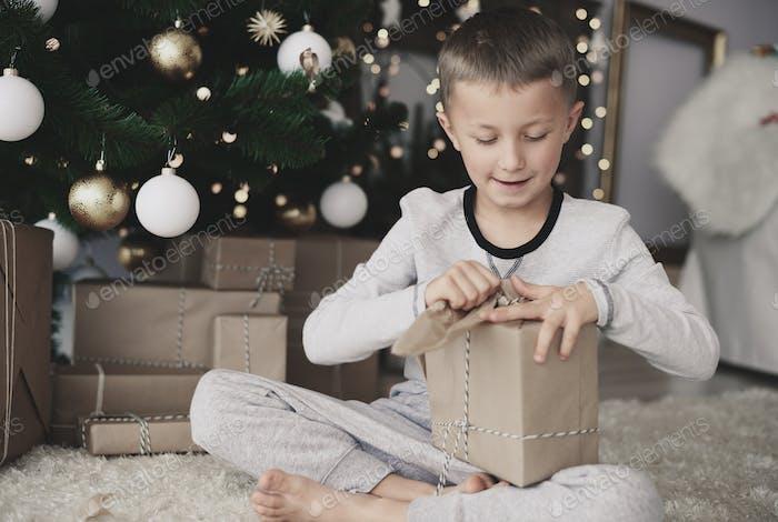 Kind reißen ein Weihnachtspapier