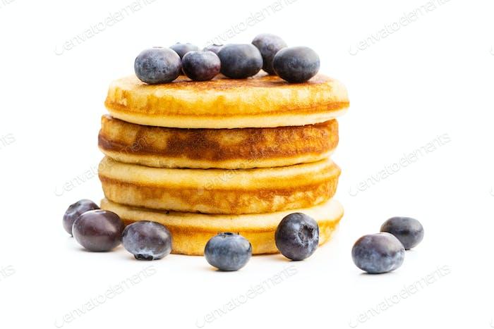 Süße hausgemachte Pfannkuchen und Blaubeeren.