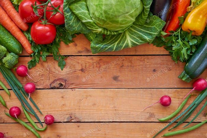Frisches Bio-Gemüse auf Holzbrettern Hintergrund, Draufsicht.
