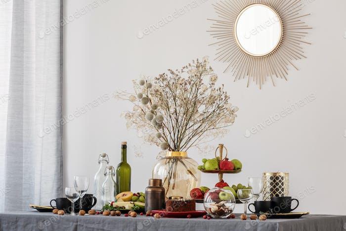 Trendiger Spiegel in goldenem Rahmen an weißer Wand des eleganten Speisesaal