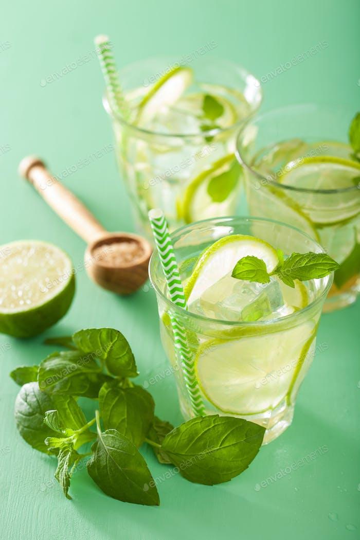 frischer Mojito Cocktail über grünem Hintergrund