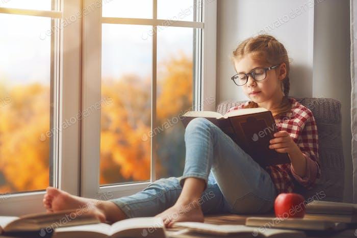 Mädchen ein Buch lesen