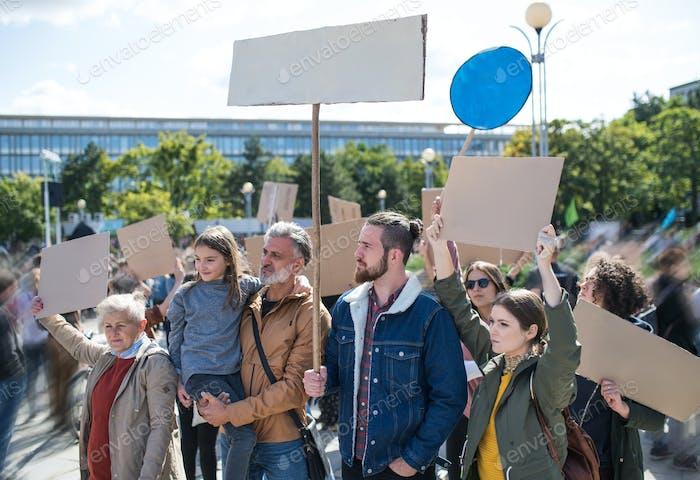 Personas con pancartas y carteles sobre la huelga mundial por el cambio climático.
