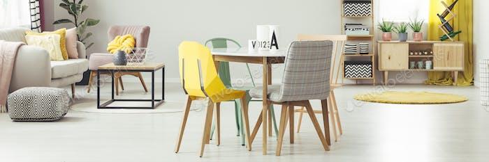 Gelb und grau Stuhl am Esstisch in Wohnung Interieur mit