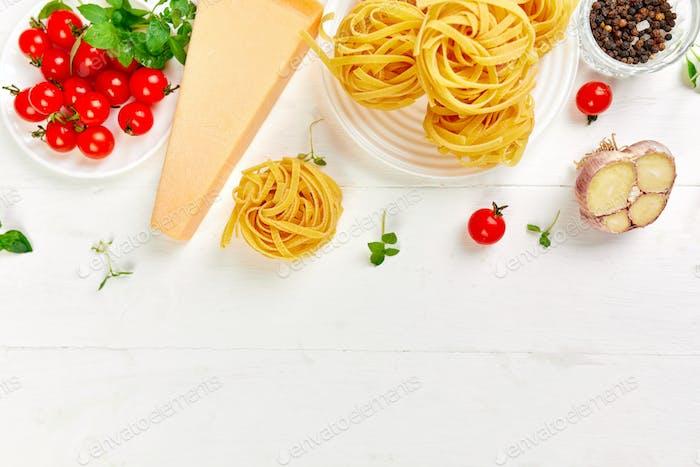 Ingredientes para cocinar pasta - tagliatelle, tomate, ajo, albahaca, queso parmesano