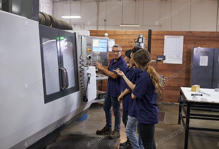 Formación de Ingenieros Aprendices En Máquina CNC