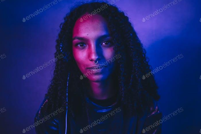 Künstlerisches Porträt mit Farblichtern einer jungen Frau