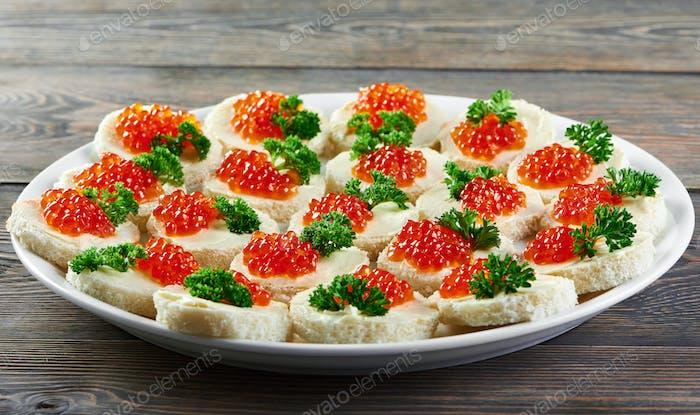 Ein großer Teller serviert mit rotem Kaviar Kanapees