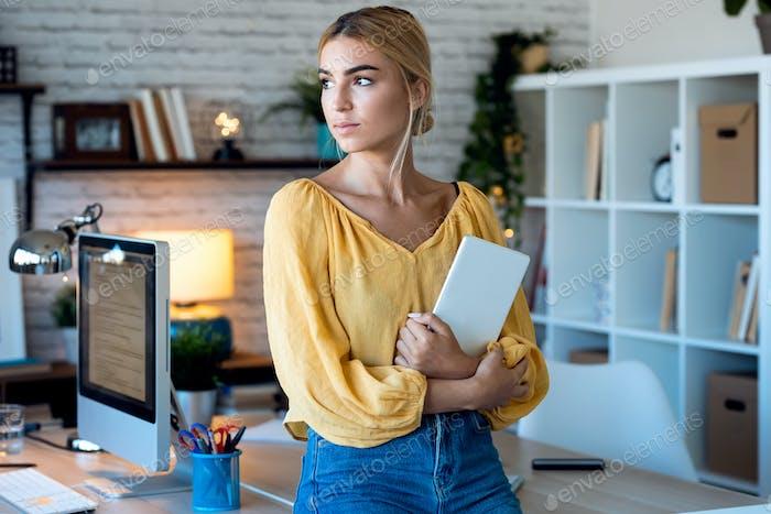 умный внештатный бизнес женщина продавец работает с цифровым планшетом