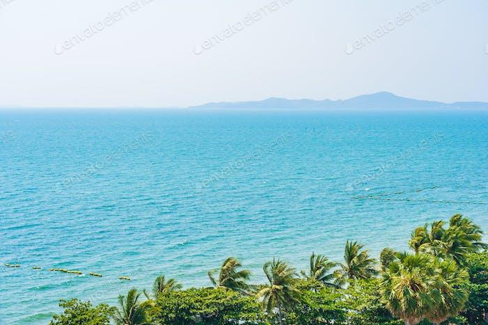 Schöne tropische Natur des Strandes Meer Meer Bucht um Kokospalme